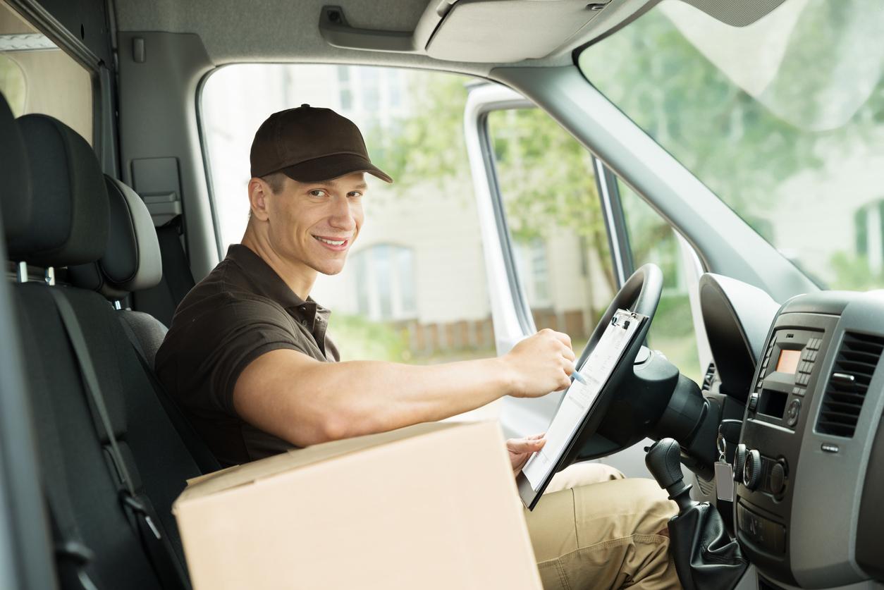 profesional conducción trabaja en carretera