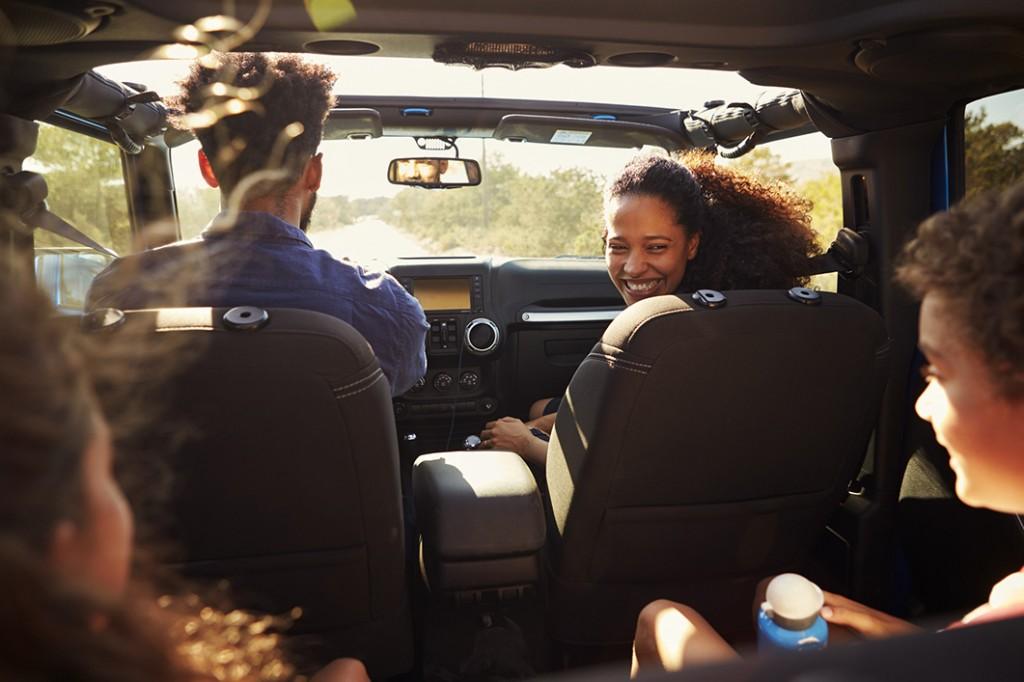 familia yendo de vacaciones en coche