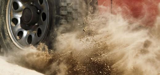 seguridad pasiva en carretera - se ve un vehículo frenando con la grava y levantando arena