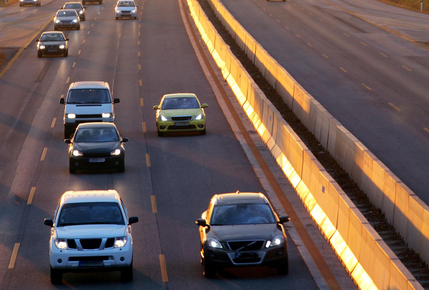 seguridad pasiva - se ven vehículos circulando en una autopista con mediana de hormigón