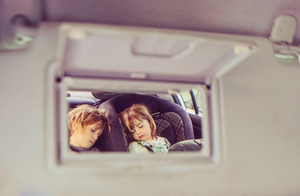 niños dormidos siendo mirados por el retrovisor
