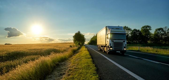 camión circulando por una carretera durante el amanecer