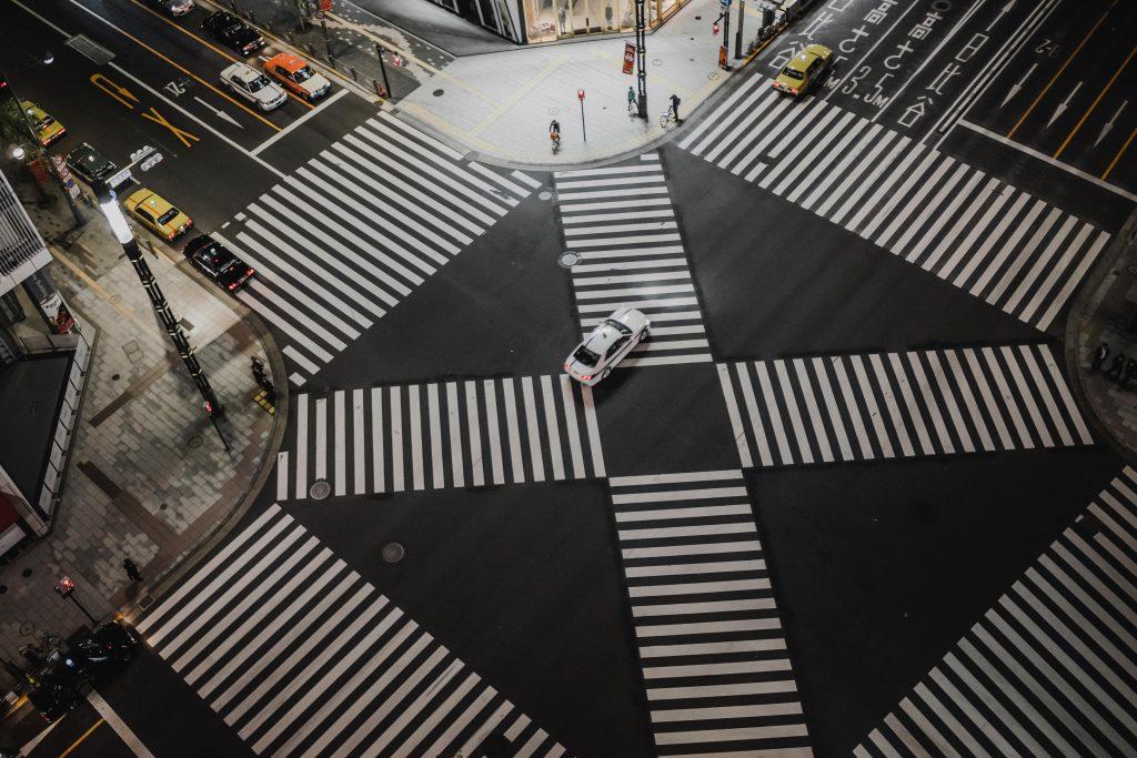 prioridad en una intersección sin señalizar